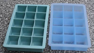 Cara mengisi nampan es batu dengan benar tanpa menumpahkan air