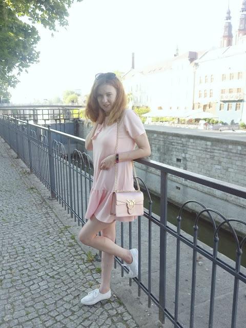 #26 Letnia różowa sukienka + białe trampki