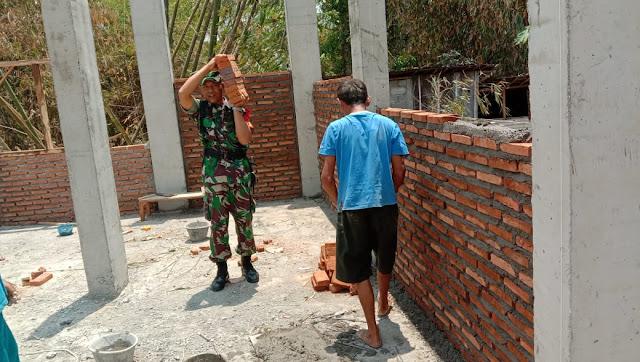 Babinsa Kwangen Gotong Royong Dengan Warga Bangun TPA