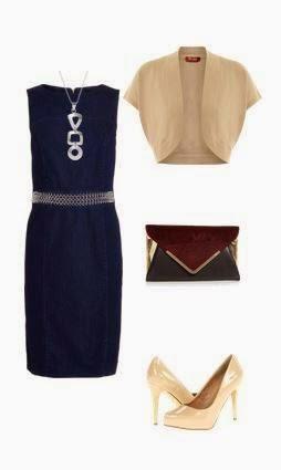 Vestido azul escuro cintado pelo joelho, sapatos de salto nude, bolero manga curta bege, clutch bordeaux e dourada