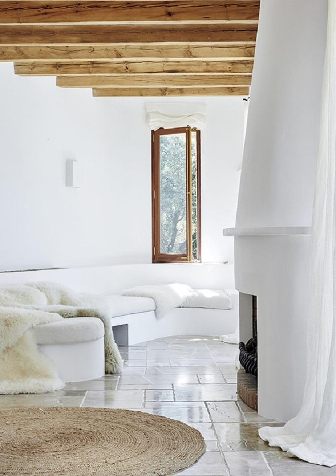 Salón blanco con elementos naturales