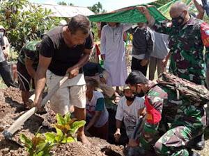Wujud Berbela Sungkawa, Babinsa Sedau Hadiri Pemakaman Warga Binaan