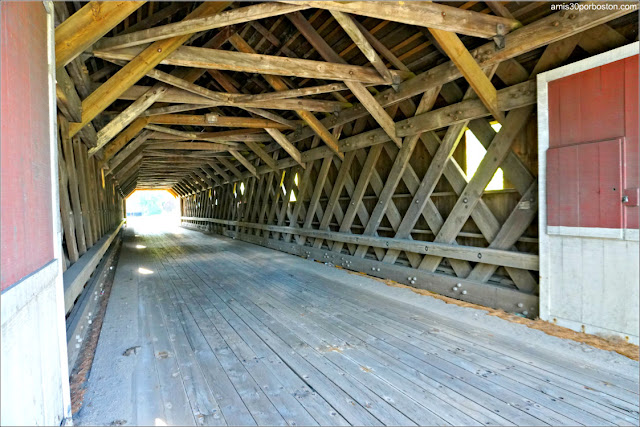 Interior del Puente Cubierto Cresson Covered Bridge / Sawyers Crossing en New Hampshire