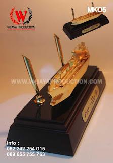 souvenir-miniatur-kapal-dengan-pen-holder