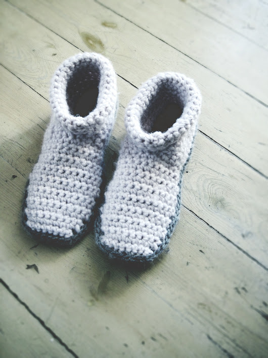 Two-tone slipper boots in light pink and heather gray - good morning crochet