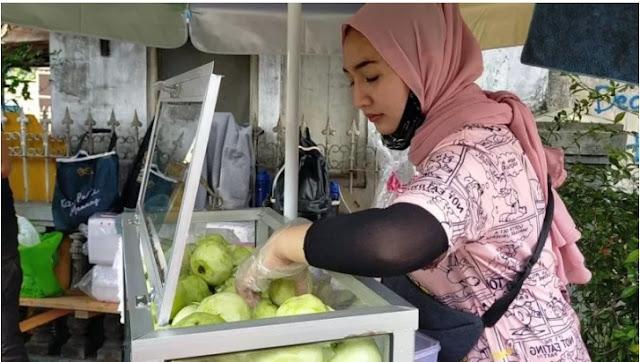 Viral Wanita Cantik Penjual Rujak, Pria Beli 3 Kali dalam Sehari