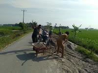 Peduli Kebersihan Kampung, Babinsa Koramil 09/TB gotong royong bersama Warga