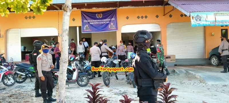 TNI dan Polri kok Bersenjata Lengkap Sambangi Kantor PWI Gumas, Ternyata Berikan Ini Lho?