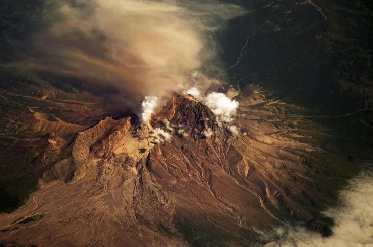 15 Volcanes alrededor del mundo registran explosiones en solo una noche