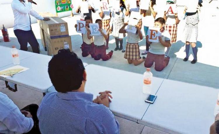 """Arrodillan a alumnos frente a diputado del PRD para agradecerle """"donaciones"""""""