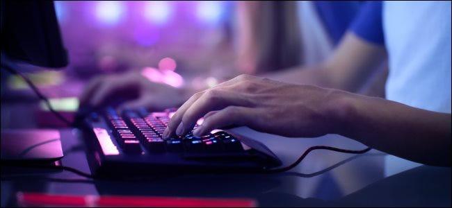 لاعب يستخدم لوحة مفاتيح وماوس للكمبيوتر الشخصي.
