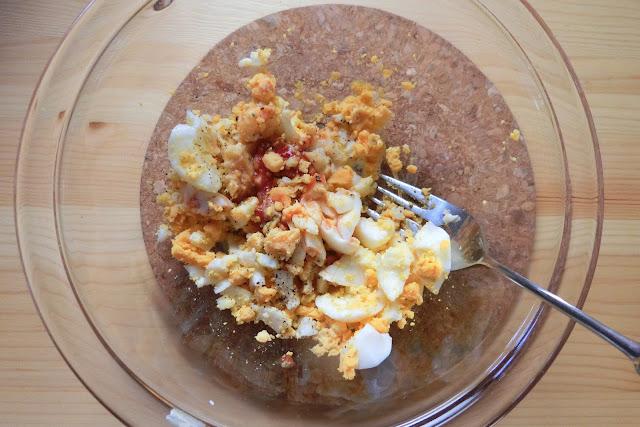 ゆで卵をボウルに入れ、フォークで粗く潰します。 【調味料】を加え、軽く和えます。