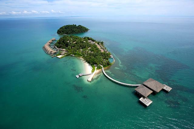Khu nghỉ dưỡng Song Saa nằm trên hai hòn đảo là Koh Ouen và Koh Bong, thuộc quần đảo Koh Rong. Nhờ vị trí cách xa trung tâm thành phố ồn ào và náo nhiệt, đến với Song Saa, du khách sẽ được tận hưởng không gian bình yên theo đúng nghĩa.