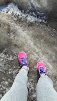 Jambes de coureuse, chaussures de course New Balance, glace, neige