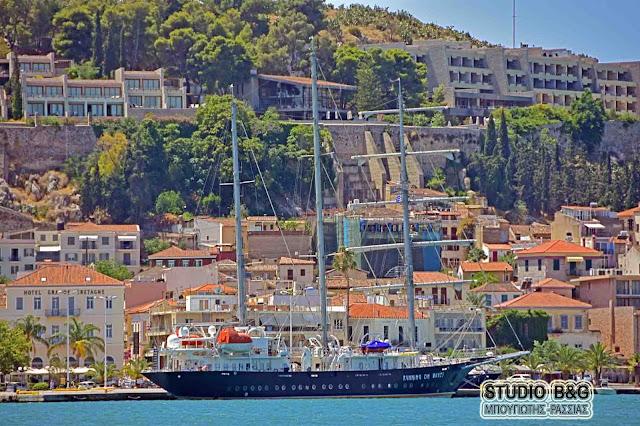 """Κυρώσεις στο ιστιοφόρο κρουαζιερόπλοιο """"Running on Waves"""" για παράνομη ναύλωση"""