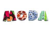 Harfleri renkli ve desenli kumaşlardan kesilip dikilmiş olan moda sözcüğü yazısı