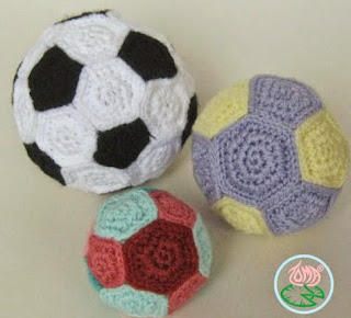 http://translate.googleusercontent.com/translate_c?depth=1&hl=es&rurl=translate.google.es&sl=en&tl=es&u=http://tomacreations.wordpress.com/2014/01/10/free-pattern-amigurumi-football-soccer-ball-plus-two-extra-toy-balls/&usg=ALkJrhhur25r5AckBuOfJ1vpGT2U6GSrrQ