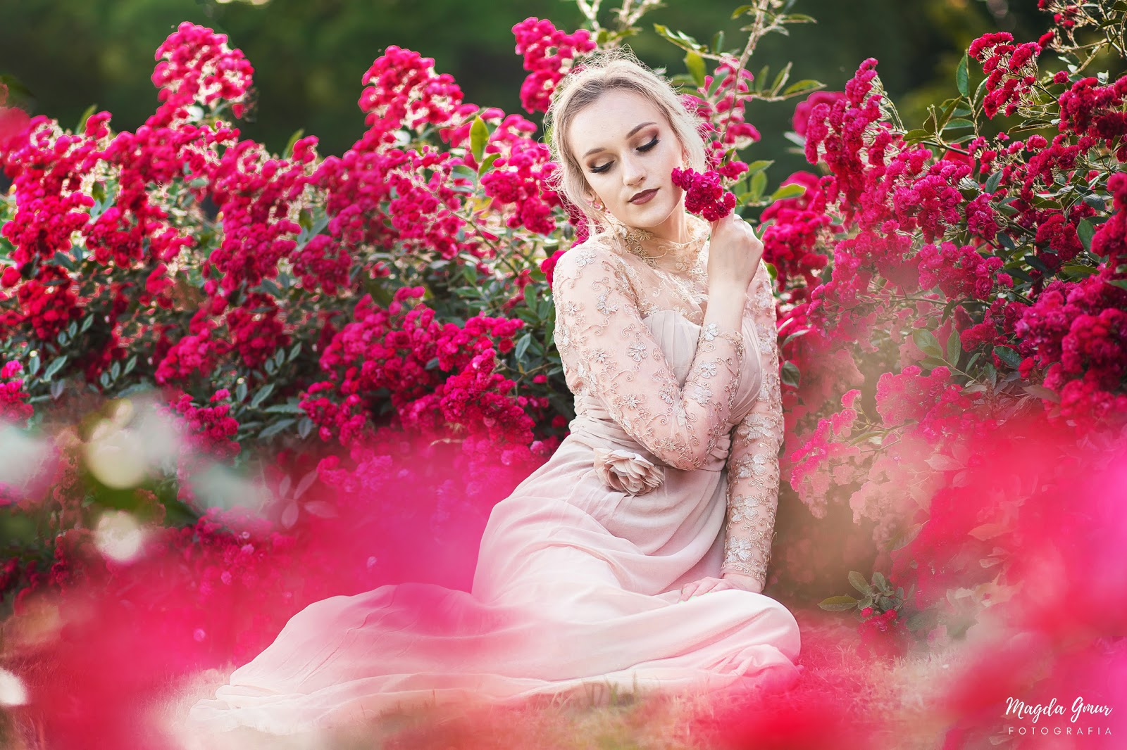 sesja w różach, bajkowa sesja, bajkowe zdjęcia w różach, ogród botaniczy lublin, sesja zdjęciowa w lublinie, fotograf opoczno, fotograf lublin, sesja portretowa, magda gmur fotografia, róże, magda gmur fotografia