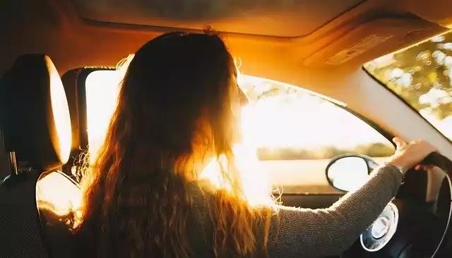 Αποφάσισε να βοηθήσει μια γυναίκα στο δρόμο και αποκαλύφθηκε μια αλλόκοτη ιστορία