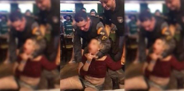 Vídeo: Mulher é presa após jogar bebida no rosto de policial