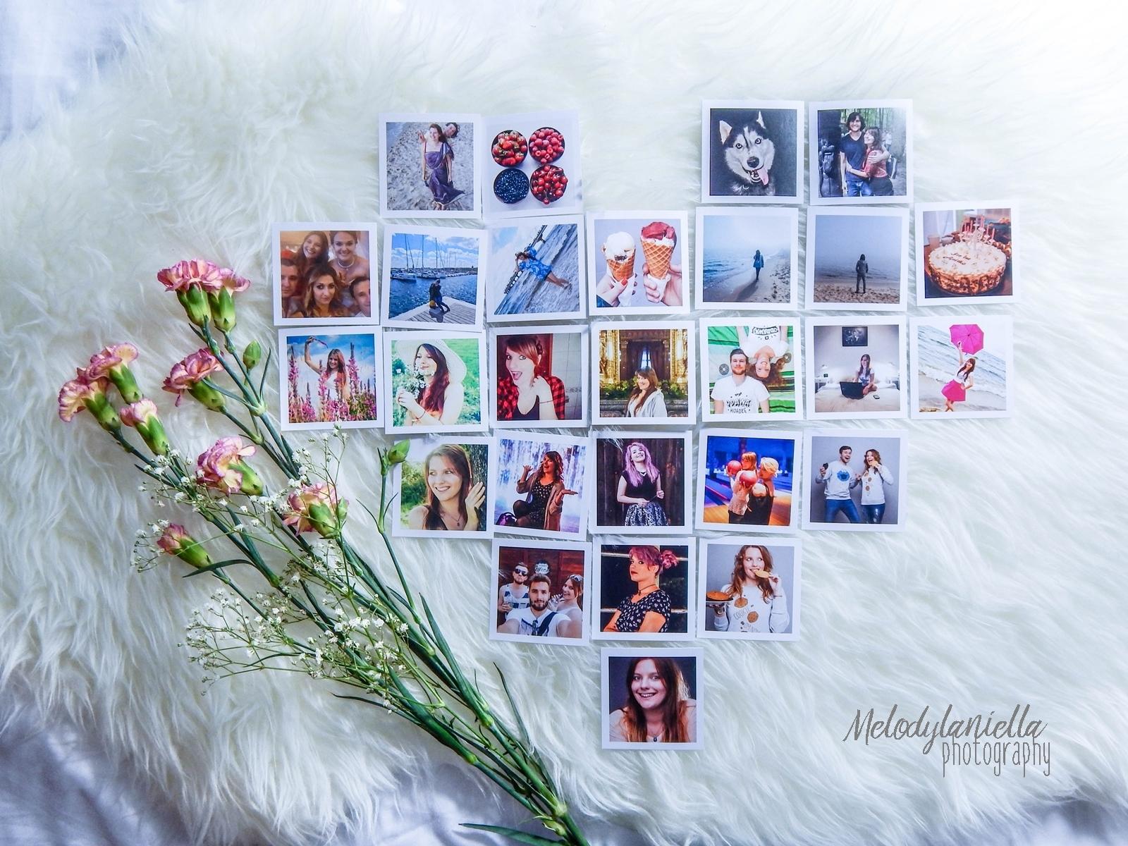 socialdruk kwadraty wywolywanie zdjec z instagrama polaroid wywolywanie fotografia pomysl na prezent nietypowe kwadratowe zdjecia w bialych ramkach duze kwadraty male kwadraty