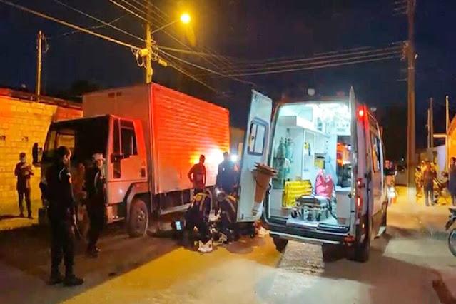 Ciclista morre após colisão com motociclista e bater em caminhão
