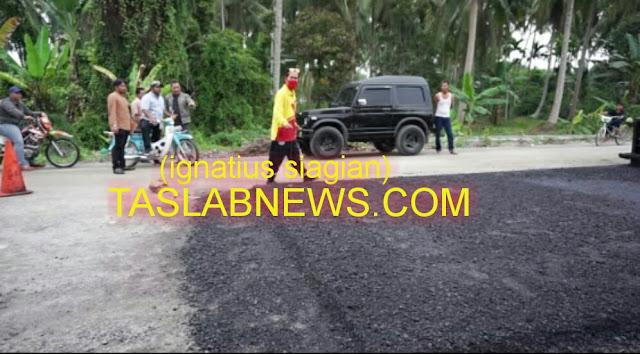 Walikota Tanjungbalai H M Syahrial dengan naik sepedamotor roda dua jenis Honda Cup 70 saat meninjau kegiatan pengaspalan hotmix Jalan Lingkar Utara Kota Tanjungbalai, Jumat (7/9)