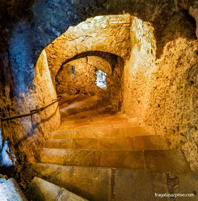 Escadaria que leva à mina d'água moura em Ronda, Andaluzia