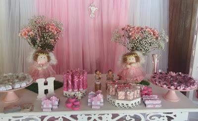 Roupinha cor de rosa para anjinhos de decoração de batizado