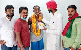 #JaunpurLive :  समाजवादी कुटिया के संचालक ऋषि यादव ने पंकज को मिठाई खिलाकर दी बधाई