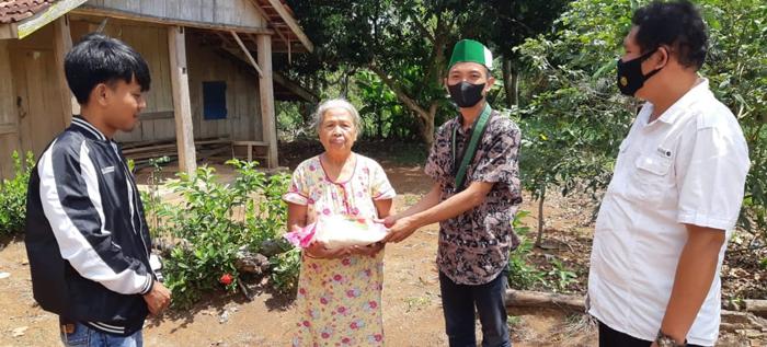 Bantu Warga Tidak Mampu, Satintelkam Polres Lampura Bagikan Ratusan Paket Sembako