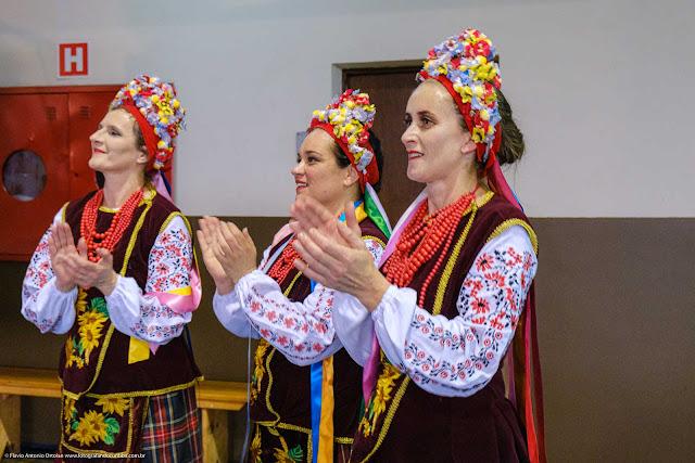 Três jovens senhoras com trajes típicos ucranianos