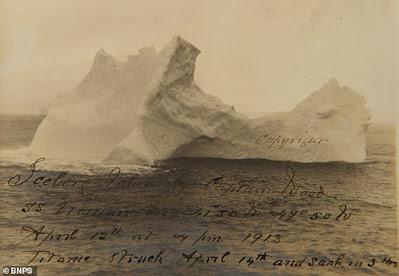 Foto dari gambar gunung es yang menenggelamkan kapal Titanic