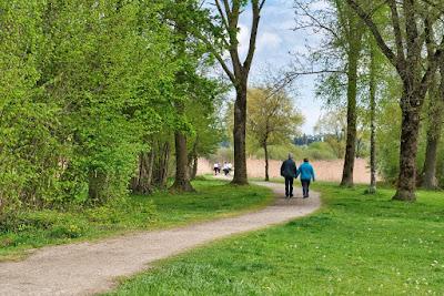 امرأة وابنها يتمشيان معا