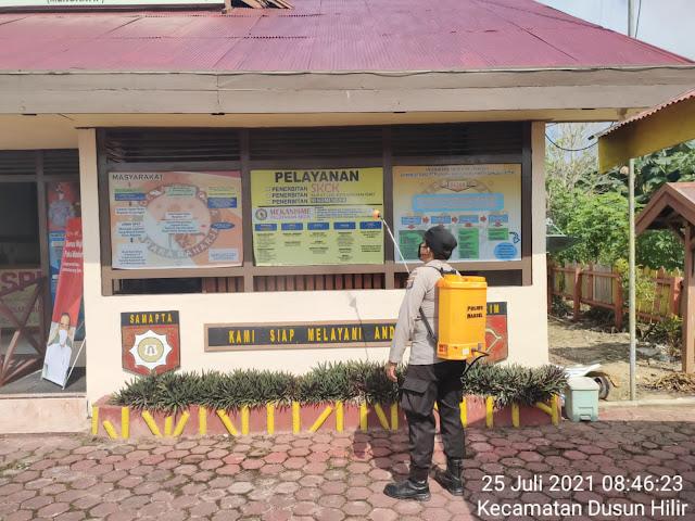 Tangkal Penyebaran Covid-19, Personel Polsek Dushil Rutin Semprot Disinfektan di Seputaran Mako