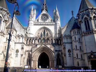 Fachada de los Royal Court of Justice desde el autobús de la línea 76