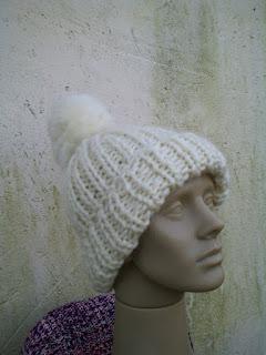 gorro com pompom tricotado com lã de ovelha clara