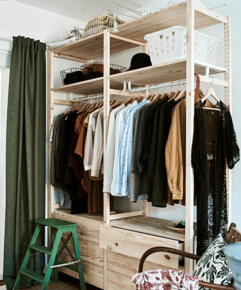 Sistema de armarios IVAR de IKEA en dormitorio