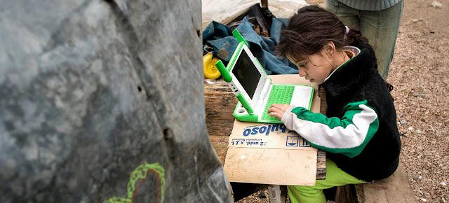 Una niña estudiando con una computadora portátil proporcionada por la Fundación OLPC (una computadora portátil por niño). Montevideo, UruguayPNUD Uruguay/Pablo La Ros