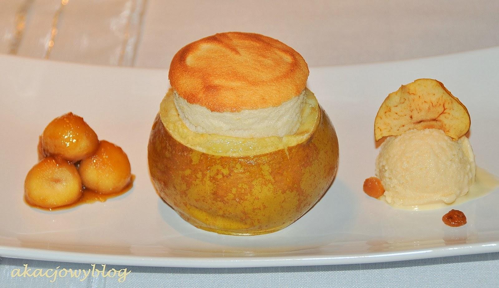 Suflet jabłkowy z lodami cydrowymi podany w jabłku wg Raymonda Blanc'a.