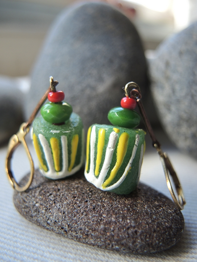 Free tutorial for earrings with glass beads from Ghana