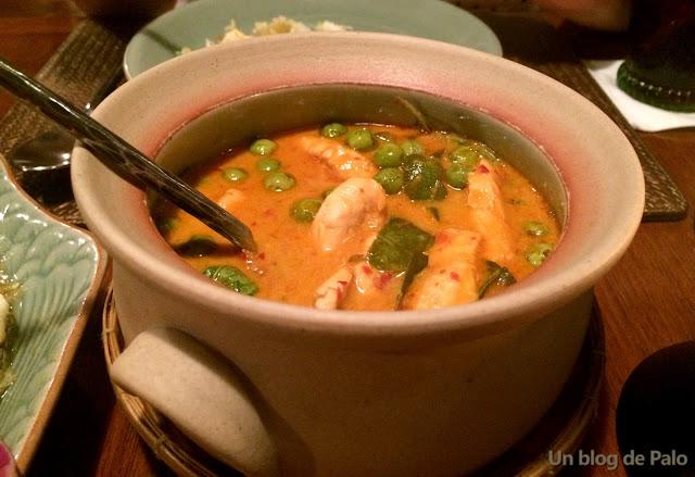 Restaurante en Bangkok Baan Khanitha Thai Cuisine pollo con curry