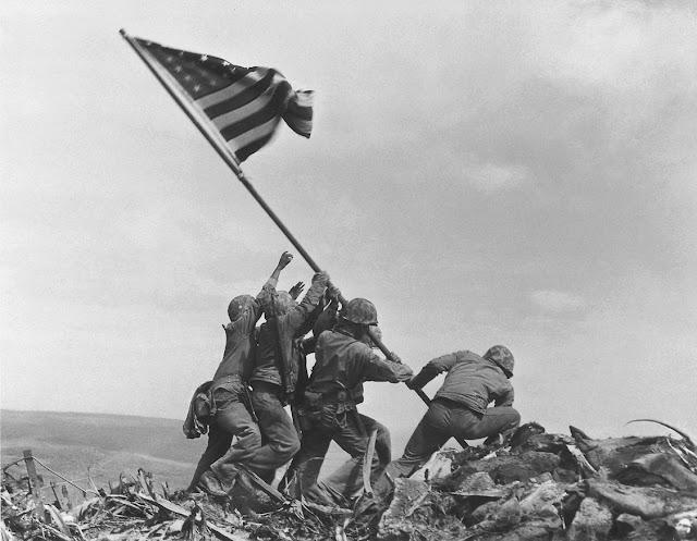 Soldados alzando la bandera en Iwo Jima, la historia detrás de esta famosa fotografía