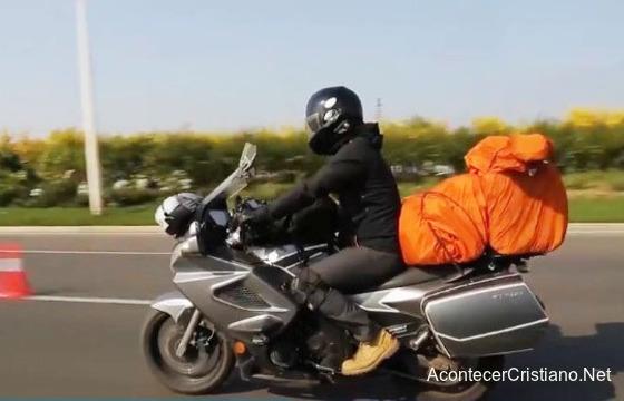 Motociclista cristiano evangelizando