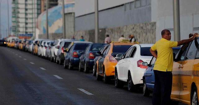 Fila por gasolina em Havana miséria cubana não impressiona a bolivarianos.