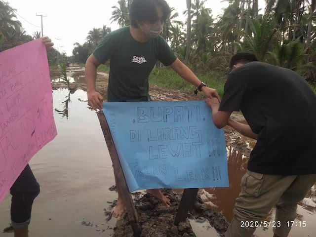Jalan Banyak Hancur Seperti Bubur, Mahasiswa Keritang Sampaikan Kritikan Pedas Kepada Bupati Inhil
