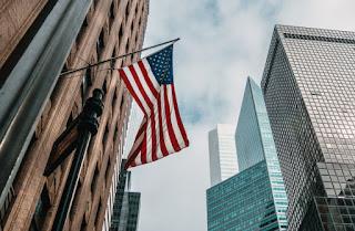 bandeira dos eua com vista para os prédios