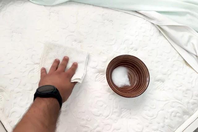 Sarı lekeleri çıkarmak için karbonat, tuz ve suyu karıştırarak yatağınıza sürün. 30 dakika bekleyin ve yatağınızı silin.
