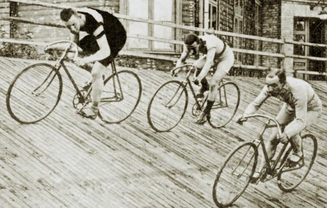 Первые соревнования на велотреке латвийские спортсмены