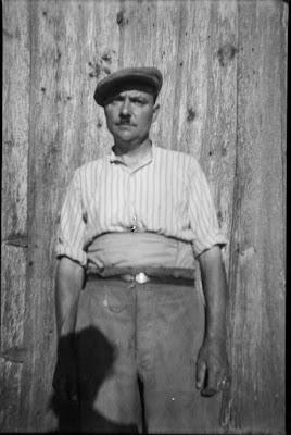 Mann vor Scheune - 1930-1950